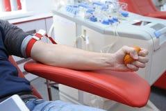 Ręka naciska piłkę dla lepszy ciśnienia krwi fotografia royalty free