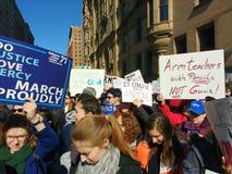 Ręka nauczyciele Z ołówków Nie pistoletami, Marzec dla Nasz żyć, protest, kontrola broni palnej, NYC, NY, usa Zdjęcia Stock