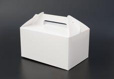 Ręka niesie białego pudełko Zdjęcia Royalty Free