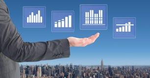 Ręka oddziała wzajemnie z biznesowej mapy statystyki ikonami Obrazy Royalty Free