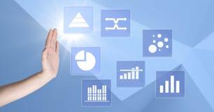 Ręka oddziała wzajemnie z biznesowej mapy statystyki ikonami Fotografia Stock