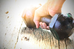 Ręka osoby mienia dumbbell dla ćwiczenia i zdrowego poniższego t zdjęcia stock