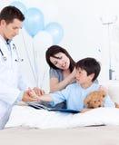 ręka pacjent powabny doktorski target814_0_ s fotografia royalty free