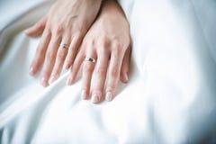 Ręka panna młoda z obrączką ślubną na sukni Zdjęcia Stock