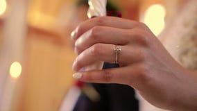Ręka panna młoda z pierścionkiem i świeczką w kościół zbiory wideo