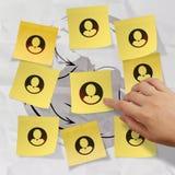 Ręka pcha kleistą nutową ogólnospołeczną sieci ikonę Fotografia Royalty Free