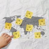 Ręka pcha kleistą nutową ogólnospołeczną sieci ikonę na zmiętym papierowym b Fotografia Stock