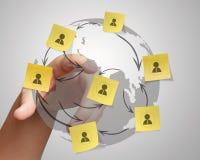 Ręka pcha kleistą nutową ogólnospołeczną sieci ikonę na zmiętym papierowym b Zdjęcie Royalty Free