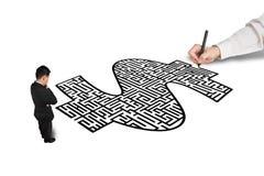 Ręka pieniądze kształta rysunkowy labirynt dla biznesmena Zdjęcia Royalty Free