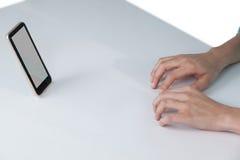 Ręka pisać na maszynie na niewidzialnej klawiaturze zdjęcie stock