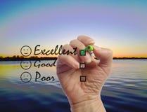 Ręka pisze ankiecie z wodnym tłem Fotografia Stock