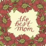 Ręka pisze list najlepszy mamy robić na kwiecistym tle z czerwonymi kwiatami Obrazy Stock