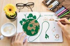 Ręka pisze notatnik miłości ziemi pojęciu zdjęcia royalty free
