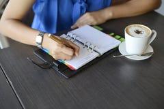 Ręka pisze notatniku zdjęcie royalty free