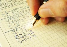 Ręka pisze pieniężnych dane Obrazy Stock