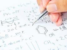 Ręka pisze różnorodnych szkół średnich maths, nauce i Obraz Royalty Free
