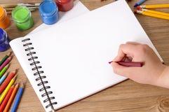 Ręka pisze szkolnej książce Obraz Stock