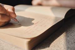 Ręka pisze w Journal_03 zdjęcia stock