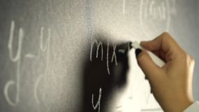 Ręka pisze z kredą matematycznie formuła na blackboard zbiory wideo