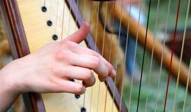 Ręka podczas gdy skubający sznurki harfa fotografia royalty free