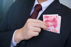 Ręka Podnosi Juan lub RMB, Chińska waluta Zdjęcie Royalty Free