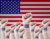 Ręka podnosząca up zaciskająca pięść na usa flaga Obraz Royalty Free