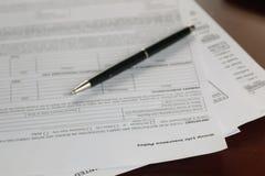 Ręka podpisujący ubezpieczenie fotografia stock