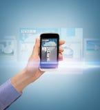 Ręka pokazuje smartphone z wiadomością app Zdjęcia Stock
