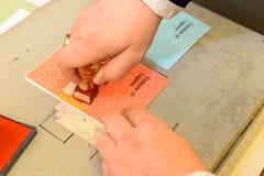 Ręka potwierdza głosuje tajne głosowanie przy wybór samorządowy Obraz Royalty Free