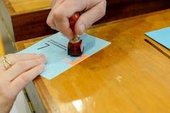 Ręka potwierdza głosuje tajne głosowanie przy wybór samorządowy Zdjęcia Royalty Free