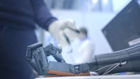 Ręka powtarza ruchy ludzka ręka Plastikowa ręka robot zgina jak ludzka ręka nowe technologie zdjęcie wideo