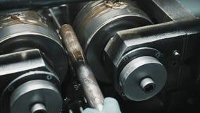 Ręka pracownika metalu tnąca spirala na stalowej drymbie na nowożytnej kręcenie tokarce zbiory wideo
