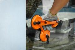 Ręka pracownika mienia filiżanki próżniowy zasysający narzędzie Selekcyjna ostrość obraz stock