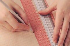 Ręka projektanta projektów sukni nakreślenie na kalkowanie papierze Zdjęcie Royalty Free