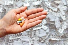Ręka przepisująca narkotyzuje bąbel paczki obraz stock