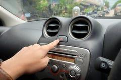 Ręka przygotowywający pchnięcie przeciwawaryjny guzik w samochodzie Obrazy Royalty Free