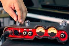 Ręka przystosowywa pojemność audio interfejs Obraz Stock