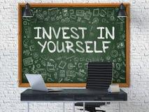 Ręka Rysująca Inwestuje w Ty na Biurowym Chalkboard 3d Obraz Royalty Free