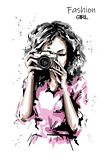 Ręka rysująca piękna młoda kobieta z fotografii kamerą Elegancka elegancka dziewczyna moda portret kobiety ilustracja wektor