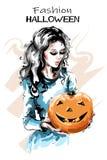Ręka rysująca piękna młoda kobieta z Halloween banią Elegancka elegancka dziewczyny mienia bania z szczęśliwą twarzą kobieta mody ilustracji