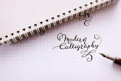 Ręka rysująca piszący list tło Pisać list szczotkarską kaligrafię na papierze Obraz Royalty Free