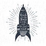 Ręka rysująca textured rocznik etykietkę z rakietowym wektorowym illustratio Obrazy Royalty Free