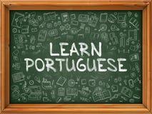 Ręka Rysująca Uczy się portugalczyka na Zielonym Chalkboard ilustracja wektor