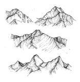 Ręka rysująca wektorowa ilustracja - halni szczyty campingowy plenerowy Obrazy Royalty Free