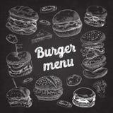 Ręka Rysujący hamburgery na Blackboard Fasta Food menu z Cheeseburger, kanapką i hamburgerem, royalty ilustracja