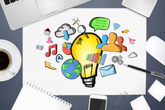 Ręka rysujący lightbulb na biurowym tle Obraz Royalty Free