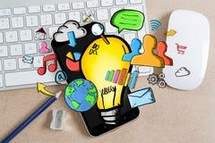 Ręka rysujący lightbulb na biurowym tle Fotografia Stock