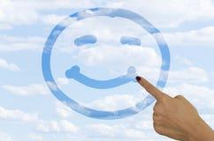 Ręka rysuje smiley twarz na mgłowym okno fotografia royalty free