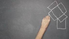 Ręka rysunku writing i pudełka ` MYŚLEĆ OUTSIDE PUDEŁKOWATY ` na czarnym chalkboard