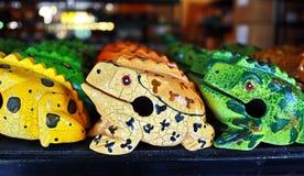 Ręka rzeźbiąca drewniana żaba Fotografia Royalty Free